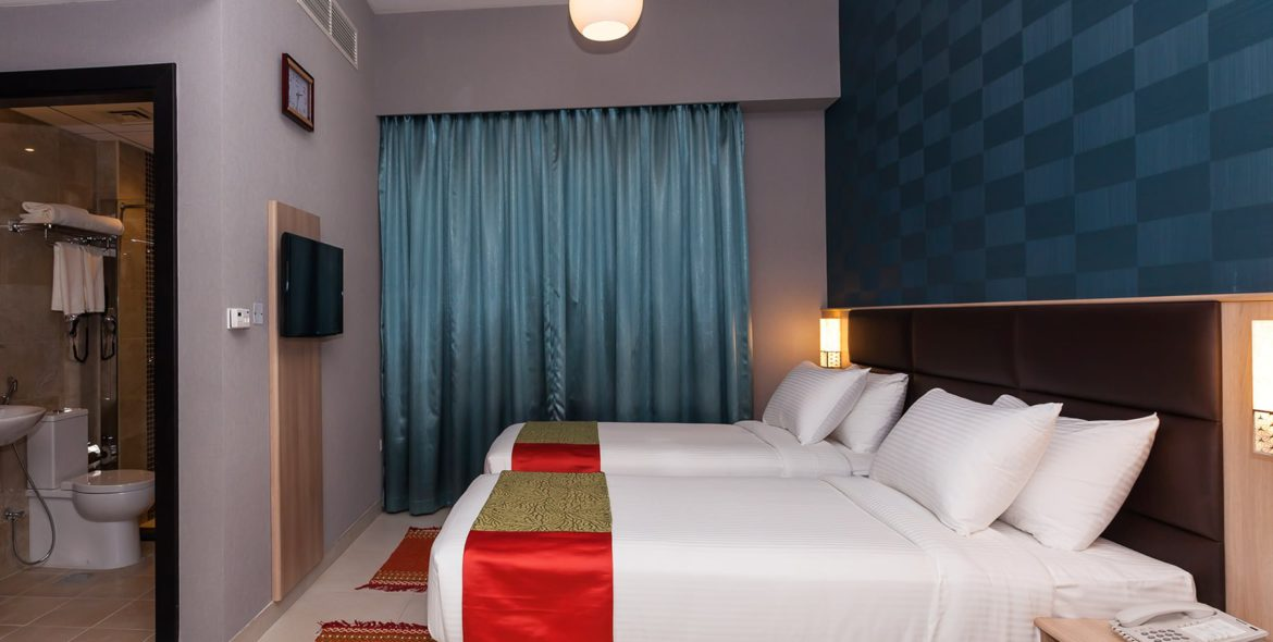 twin bed_blue curtain (2)